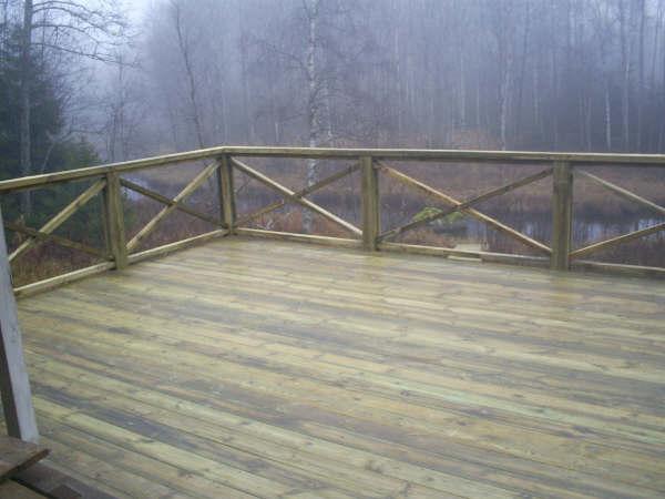 Træ terrasse med rækværk og trappe